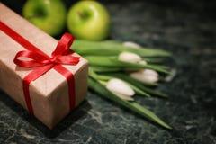 Белая предпосылка зеленого цвета подарочной коробки тюльпана Стоковое Изображение RF