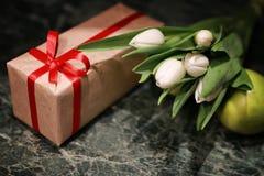 Белая предпосылка зеленого цвета подарочной коробки тюльпана Стоковые Изображения RF