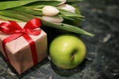 Белая предпосылка зеленого цвета подарочной коробки тюльпана Стоковое фото RF