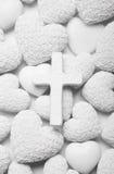 Белая предпосылка оплакивать или соболезнования с крестом и сердцами Стоковое фото RF
