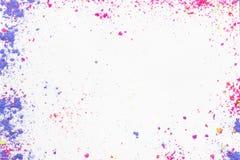 Белая предпосылка с красочным порошком состава Стоковое Изображение