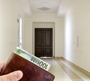 Белая прихожая с мраморным полом и коричневой дверью Стоковые Фотографии RF