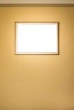Белая пустая смертная казнь через повешение картинной рамки на стене Стоковое фото RF
