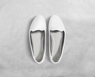 Белая пустая стойка модель-макета ботинок женщин, путь клиппирования Стоковая Фотография