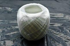 Белая пластичная веревочка на черной предпосылке Стоковое Изображение RF
