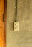 Белая пластичная панель переключателя на стене стиля просторной квартиры Стоковые Фотографии RF