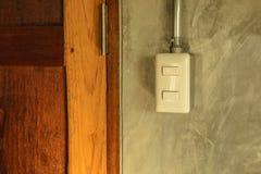 Белая пластичная панель переключателя на стене стиля просторной квартиры Стоковые Фото
