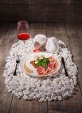 Белая плита вполне ветчины, сыра, гаек и рюмки на белых камнях и на деревянной предпосылке дороге Стоковая Фотография RF