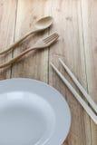 Белая плита, деревянная ложка и палочки Стоковое Изображение RF