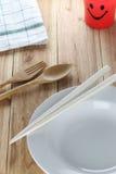 Белая плита, деревянная ложка и палочки Стоковое фото RF