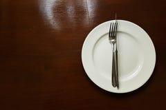 Белая плита на таблице Стоковое Изображение RF