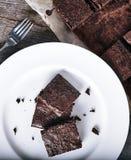 Белая плита свежих пирожных шоколада Стоковые Изображения