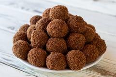 Белая плита с коричневыми конфетами Стоковое Изображение RF