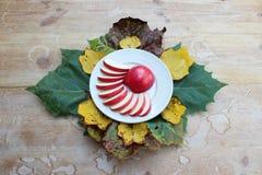Белая плита с кусками яблока стоковые изображения