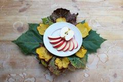 Белая плита с кусками яблока стоковое изображение rf