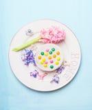 Белая плита с цветком гиацинта и весна пекут торт на свете - сини на свете - голубая затрапезная деревенская предпосылка, взгляд  стоковые изображения rf