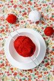 Белая плита, шарик спиц, красных и белых на предпосылке Стоковые Изображения