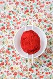 Белая плита, шарик спиц, красных и белых на предпосылке Стоковое Изображение RF