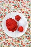 Белая плита, шарик спиц, красных и белых на предпосылке Стоковые Фотографии RF