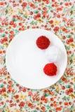 Белая плита, шарик спиц, красных и белых на предпосылке Стоковая Фотография
