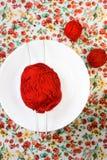Белая плита, шарик спиц, красных и белых на предпосылке Стоковое Фото