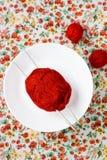 Белая плита, шарик спиц, красных и белых на предпосылке Стоковое фото RF