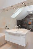 Белая раковина ванной комнаты с полкой Стоковое Изображение RF