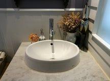 Белая раковина на корзине мрамора и салфетки в ванной комнате на ресторане, ванной комнате умывальника в гостинице Стоковое Изображение RF