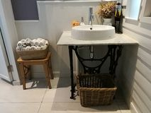 Белая раковина на корзине мрамора и салфетки в ванной комнате на ресторане, ванной комнате умывальника в гостинице Стоковая Фотография RF