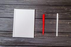 Белая рамка с ручкой на деревянном Стоковое фото RF