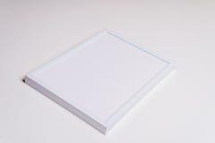 Белая рамка с ручкой на деревянном Стоковые Изображения RF