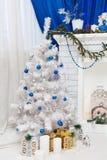 Белая рождественская елка с подарками Стоковое Изображение