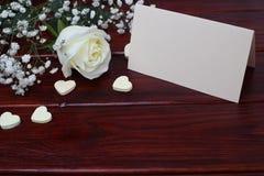 Белая роза и карточка Стоковое Фото