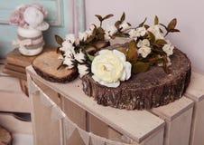 Белая роза на деревянной плите на деревянной коробке Стоковое Изображение RF