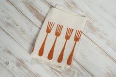 Белая салфетка обедающего с напечатанной оранжевой картиной Desi вилки обедающего Стоковые Изображения RF