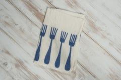 Белая салфетка обедающего с напечатанным голубым дизайном картины вилки обедающего Стоковое фото RF