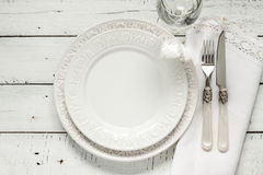 Белая сервировка стола сверху с элегантной пустой плитой Стоковые Фото