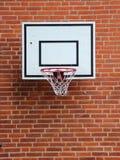Белая сеть баскетбола установленная на красном Brickwall Стоковые Изображения RF