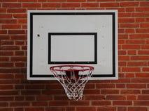 Белая сеть баскетбола установленная на красном Brickwall Стоковая Фотография RF