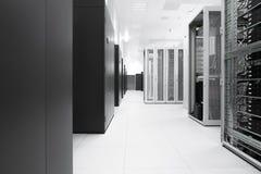 Белая сеть комнаты сервера стоковая фотография rf
