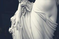 Белая скульптура женской диаграммы в темном тоне Стоковые Изображения