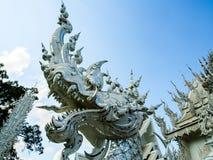 Белая скульптура Naga на виске Rong Khun Стоковое Фото