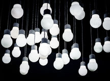 Белая смертная казнь через повешение шарика освещения от потолка Стоковая Фотография