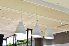 белая современная потолочная лампа стоковые фото