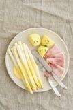 Белая спаржа с картошками и кипеть ветчиной Стоковая Фотография