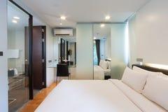 Белая спальня стоковое фото
