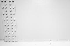 Белая стальная стена с болтами в ряд, части металла Стоковая Фотография RF