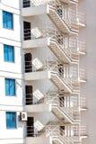 Белая стена небоскреба с аварийными выходами Стоковая Фотография