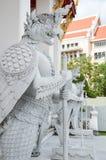 Белая стойка статуи Garuda перед виском на тайском Nationa Стоковое Изображение