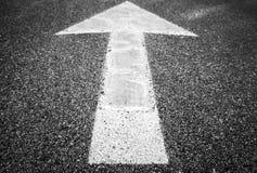 Белая стрелка идет над асфальтом шоссе Стоковое фото RF